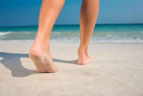 きれいな素足でビーチ