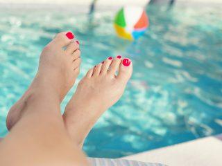 プールサイドのきれいな女性の足