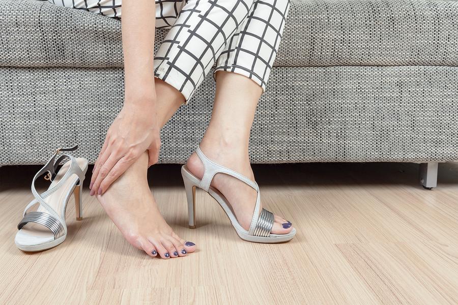 水虫で足がかゆい女性