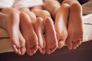 家族の清潔な足