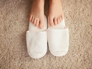 清潔な足とスリッパ